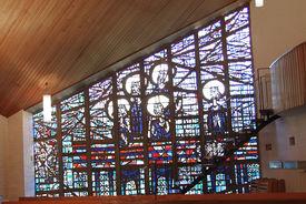 Ein Kirchenfenster in der Heilig-Kreuz-Kirche in Börnsen