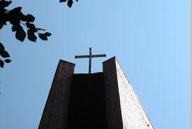 Turm und Turmkreuz der Heilig-Kreuz-Kirche in Börnsen