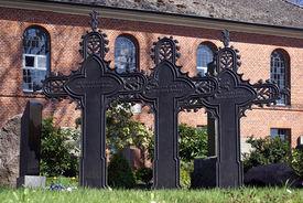 Metallkreuze vor der St.-Nikolai-Kirche Hohenhorn