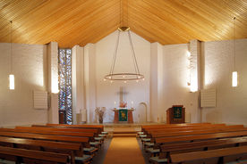 Innenansicht der Heilig-Kreuz-Kirche in Börnsen mit Blick auch den Altar - Copyright: Manfred Maronde