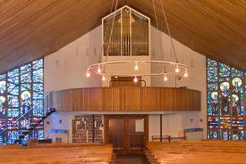 Innenansicht der Heilig-Kreuz-Kirche in Börnsen mit Blick auf die Orgel - Copyright: Manfred Maronde