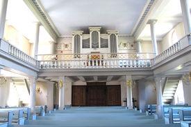Innenansicht der St.-Nikolai-Kirche Hohenhorn, Blick auf die Orgel